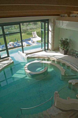 la struttura dispone di un hotel a 4 stelle di 4 piscine di acqua termale allaperto di cui una adatta ai bambini di 2 piscine termali al coperto e di una