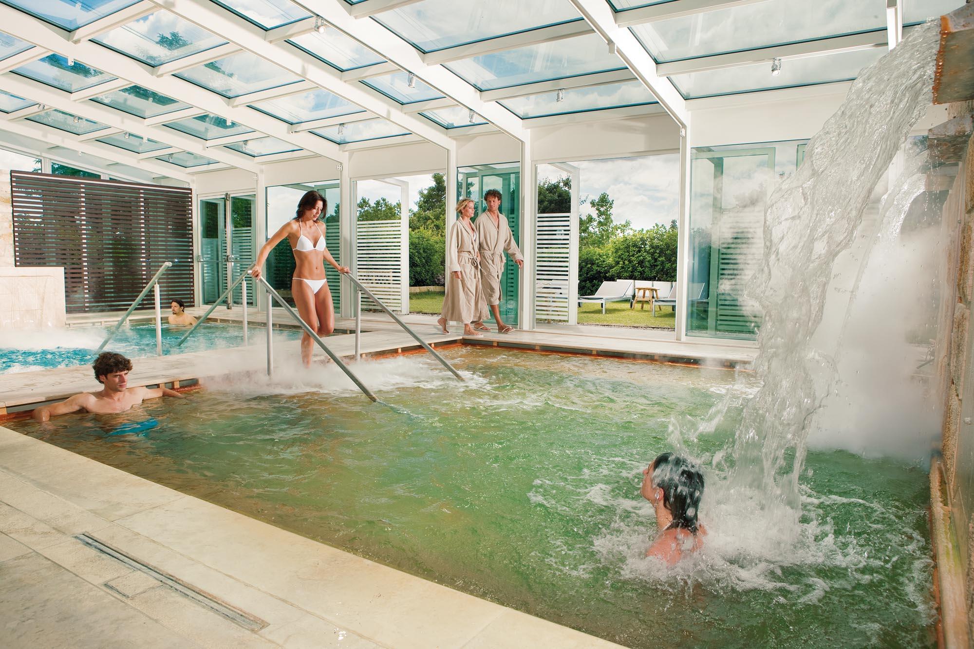 bagno vignoni la struttura dispone di un albergo un ristorante di due piscine alimentate da acqua termale una ad una temperatura di 3739c e da una